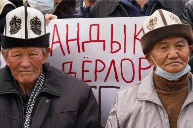 Anhänger des früheren kirgisischen Präsidenten Almasbek Atambajew demonstrieren vor dem Sitz des TV-Senders Aprel TV, der dem Politiker gehört. Im Zuge der Proteste wurde auch Atambajew aus dem Gefängnis befreit, inzwischen aber wieder festgenommen.