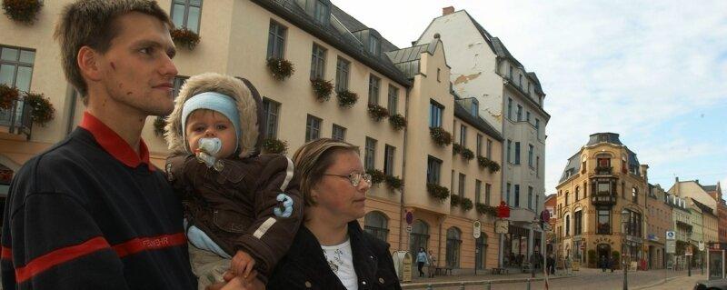 """Die Stadt Reichenbach will junge Familien ins Zentrum locken. Maik Zebedies, Sohnemann Benny und Oma Roswitha aus Mylau sind gespannt auf die """"lebendige Innenstadt""""."""
