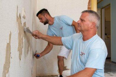 Heiko Adler (vorn) und Daniel Adler vom Malerbetrieb Elke Ibisch aus Arras arbeiten in einem Klassenraum der Rochlitzer Muldenschule.