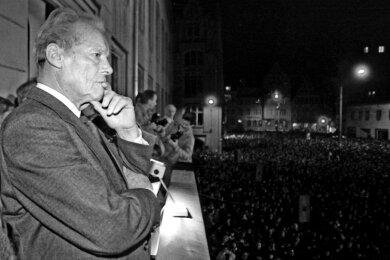 Ein nachdenklicher Willy Brandt vor Tausenden Menschen auf dem Balkon des Zwickauer Rathauses am 25. Februar 1990.