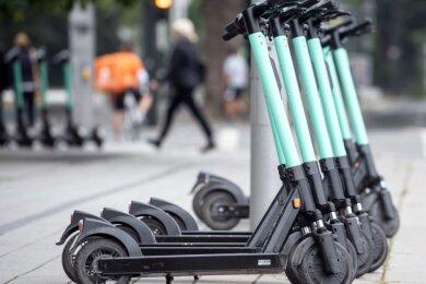 Nicht immer werden Leih-Roller derart vorbildlich abgestellt wie hier. Obwohl sich die Anbieter darum bemühen, für Ordnung zu sorgen, gibt es immer wieder Beschwerden über rücksichtslose Nutzer.