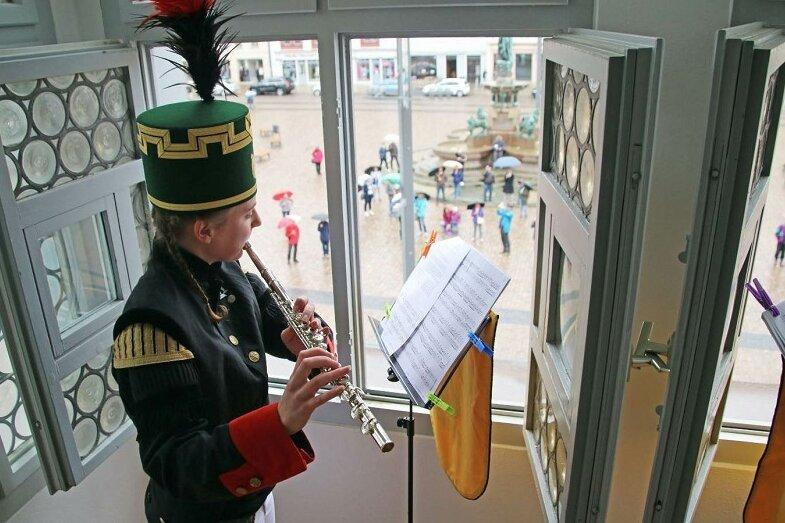 Melanie Höser (Foto) gab gemeinsam mit ihrer Mitmusikerin Larissa Jüttner vom Erkerfenster des Freiberger Rathauses ein Konzert.