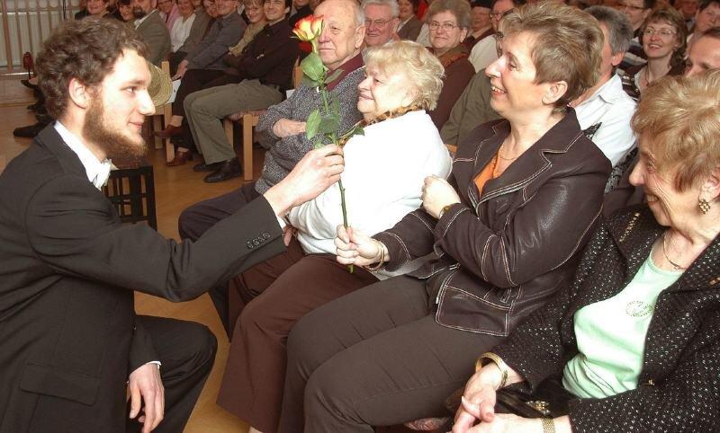 """<p class=""""artikelinhalt"""">Friedemann Röber (links) überreichte während des Konzerts von Harmonovus am Samstag am Brecht-Gymnasium symbolisch zum Frauentag an Ina Ullmann eine Rose. </p>"""