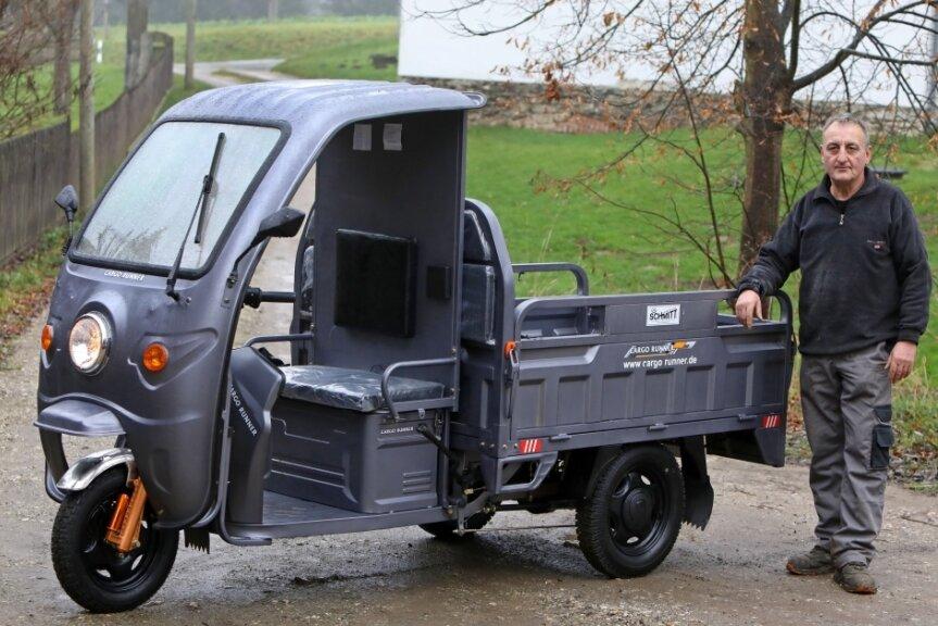 Stefan Weber, Mitarbeiter vom Glauchauer Haus- und Nutztierverein, mit dem neuen Lastendreirad. Das umweltfreundliche Gefährt wird ihn bei der Fütterung der Tiere entlasten.