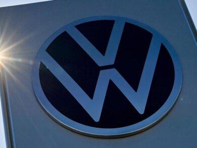 Das VW-Logo steht vor dem Werksgelände in Zwickau.