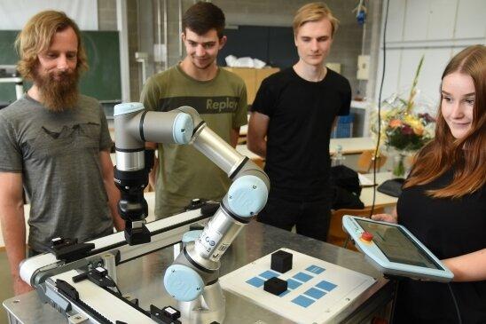 Die Roboter-Technik soll das Interesse bei angehenden Lehrlingen für Berufe in der Industriebranche wecken. Berufsschullehrer Christian Scheer (links) hat zusammen mit den Azubis Max Fuchs Anthony Thierbach und Esmeralda Pätz (von links) den Roboter vorgeführt.