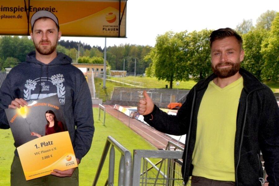 Marcus Mosch (links) vom VFC Plauen ist Ehrenamtler des Monats Juli des Vogtländischen Fußball-Verbandes. Mit Vereinspräsident Thomas Fritzlar freute er sich kürzlich zudem über den ersten Preis bei einem Wettbewerb der Stadtwerke Strom Plauen.