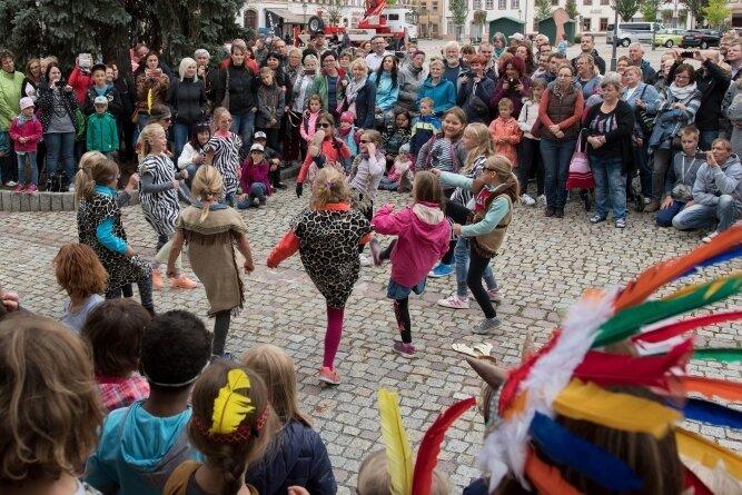 Dichtes Gedränge herrscht alljährlich zum Händlerherbst Anfang September in der Rochlitzer Innenstadt, wie hier ein Foto von einer Vorführung der Grundschule aus den vergangenen Jahren zeigt. Doch dieses Jahr fällt die Veranstaltung ins Wasser.