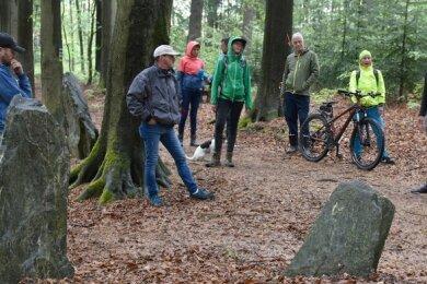 Der Heimatverein Schöneck setzt sich auch für die Gestaltung des Stadtparks ein. Bei einem Rundgang im Mai (Foto) wurden Ideen vorgestellt, von Juni bis Oktober fanden monatlich Arbeitseinsätze statt.