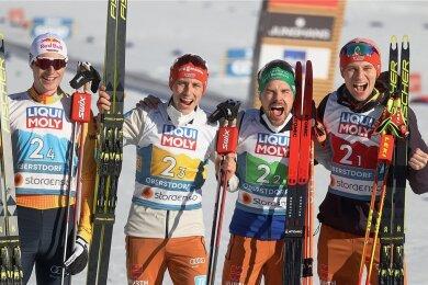 Vinzenz Geiger, Eric Frenzel, Fabian Rießle und Terence Weber (von links) jubeln nach dem Rennen für die Fotografen.