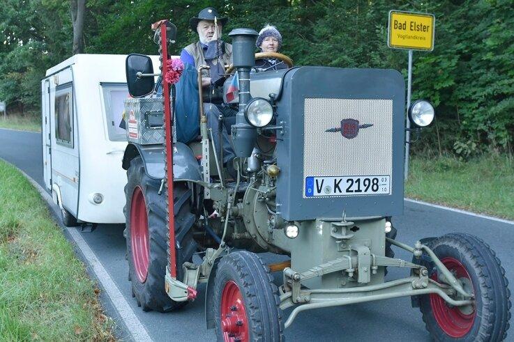 Klaus Krause aus Bad Elster und seine Lebensgefährtin Helga Ketzel fahren mit einem Traktor, Marke Herrmann Lanz Aulendorf Baujahr 1944, plus Wohnwagen zum Großglockner.