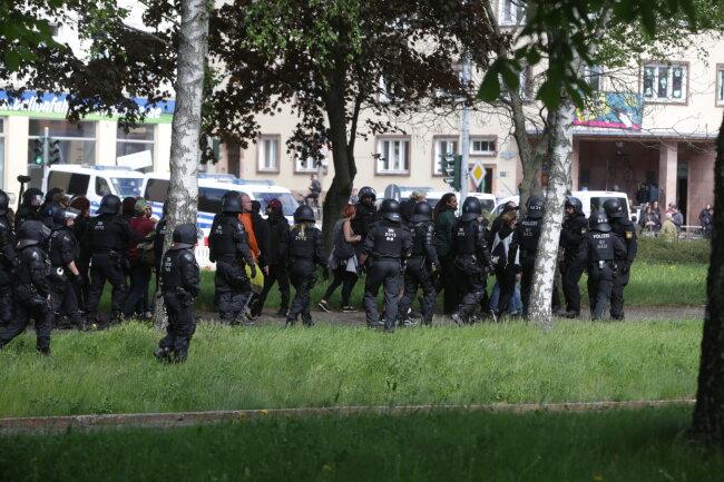 Polizeibeamte an der Augustusburger Straße am Lokomov.