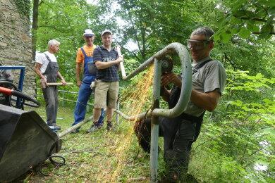 Unternehmer Mario Schlegel arbeitete ein Geländer auf. Den Zustand des Parks zu verbessern sei ihm ein Bedürfnis, sagte er.