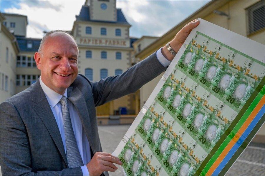 Wolfram Seidemann vom Sicherheitskonzern Giesecke+Devrient ist im Unternehmen Chef für alles, was mit Banknoten und Banknotenbearbeitungssystemen zu tun hat. Er präsentiert einen Musterbogen, der den Kunden unter anderem die Vielfalt der Gestaltung und der möglichen Sicherheitsmerkmale aufzeigt.