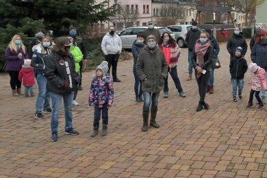 Eltern haben vor dem Schönheider Rathaus protestiert.