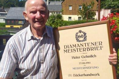 Heinz Gehmlich mit seinem Diamantenen Meisterbrief. Am 27. Juni 1961 hatte er die Meisterprüfung im Bäckerhandwerk bestanden. Damals war er 21 Jahre jung.