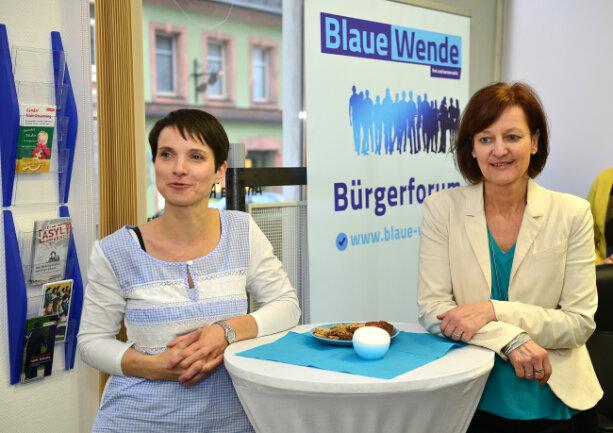 Andrea Kersten (rechts) und Frauke Petry zur Eröffnung des Bürgerbüros der Blauen Partei in Mittweida.