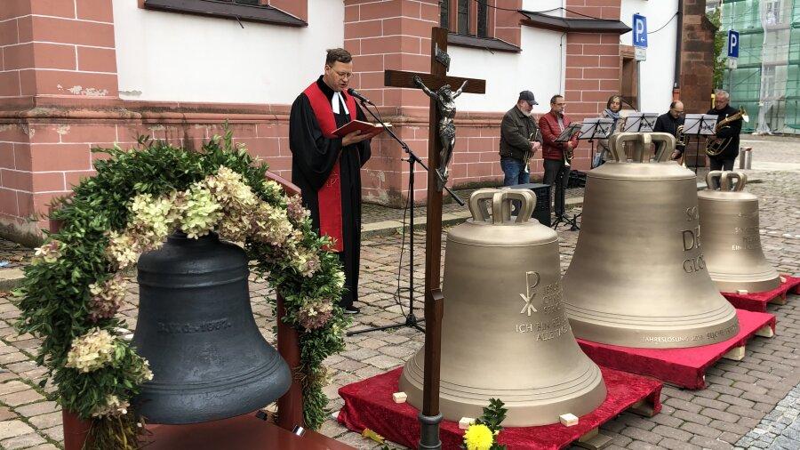 Pfarrer Ferry Suarez und die neuen Glocken.