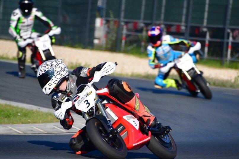 Toni Erhard aus Schwarzenberg (vorn) sowie Sarah Heide (hinten rechts) und der Wildenfelser Marvin Siebdrath (hinten links) zählten zu den neun Motorradsportler, die beim Testlauf zum Motobike-E-Cup vor kurzem auf der Strecke der Mülsener Arena E auf den Elektro-Pitbikes saßen.