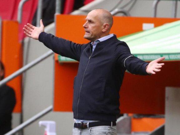 Trainer Heiko Herrlich gestikuliert an der Seitenlinie.
