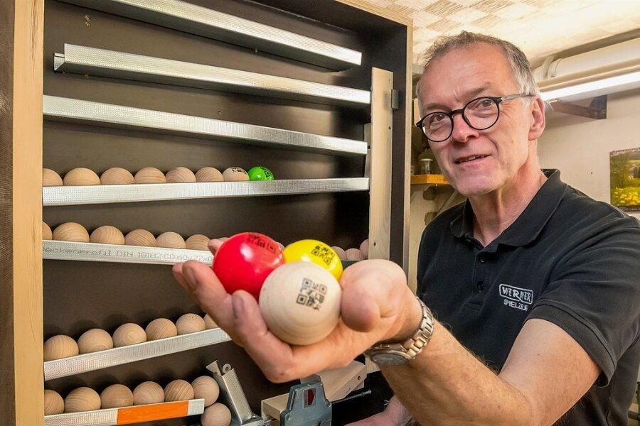 Bis zu 100 Kugeln fasst der Prototyp eines Kugelspenders, den Wolfgang Werner in seiner Werkstatt gebaut hat.