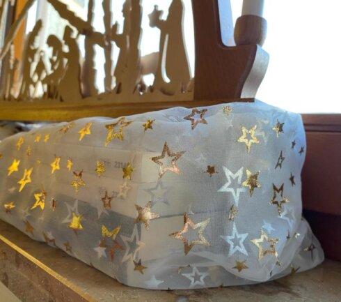 Fortgeschrittene verstecken das Behelfs-Bänkchen unter weihnachtlichen Stoffen.