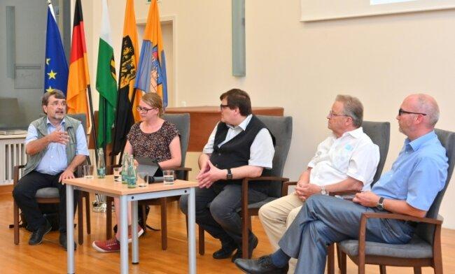 Kai Frobel vom Projekt Grünes Band, Susan Burger vom Museum Mödlareuth, Moderator Uwe Schwarz sowie Hansjoachim Weiß und Dirk Heinze vom Verein Vogtland '89 zu 60 Jahre Mauerbau im Gespräch.