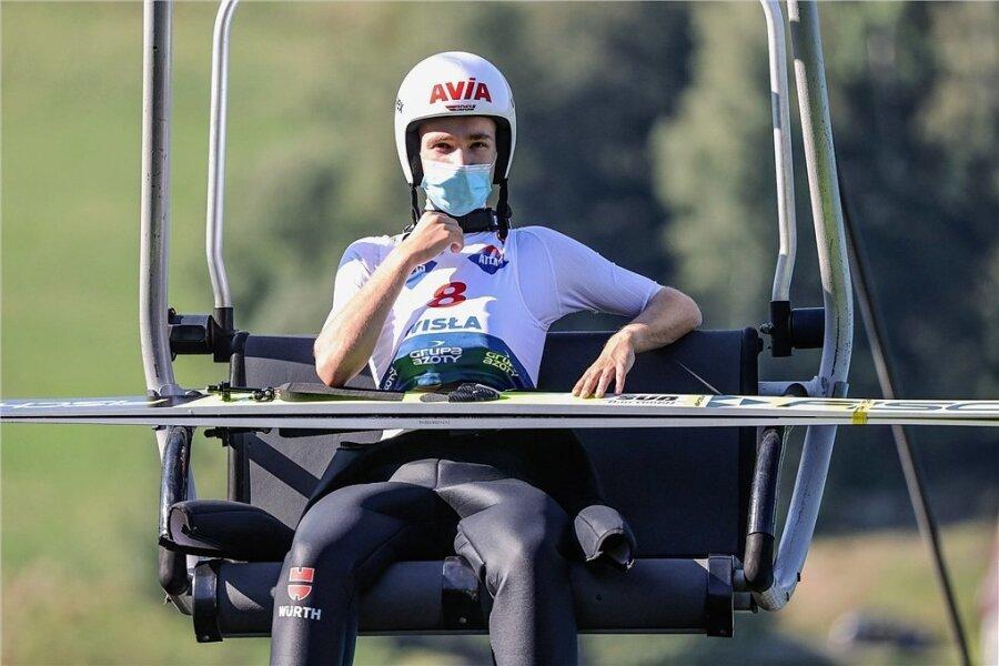 Coronaschutz oder -wahn? Skispringer Martin Hamann beim Sommer-Grand-Prix in Wisla - allein an der frischen Luft mit Mund- und Nasenmaske.