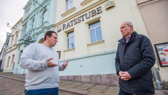 Massimiliano Irace (links) ist der neue Pächter des Ratskellers in Eibenstock. Bürgermeister Uwe Staab lässt sich erklären, was er für die Zukunft plant.