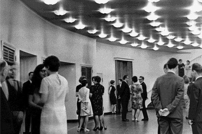 DDR-Präsident Wilhelm Pieck war schon ein paar Tage früher da: Gäste der feierlichen Wiedereröffnung des Chemnitzer Opernhauses am 26./27. Mai 1951.
