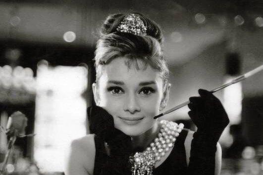 """Audrey Hepburn war ein Star, 31 Jahre als und eben Mutter geworden, als sie mit """"Frühstück bei Tiffany"""" endgültig zur Stilikone avancierte."""