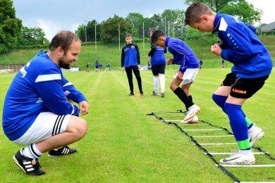 Auch der Fußballverein Barkas Frankenberg wird von der Stadt gefördert. Im Bild: Felix Wiedrich trainiert auf der Jahnkampfbahn die D-Jugend des SV Barkas Frankenberg.
