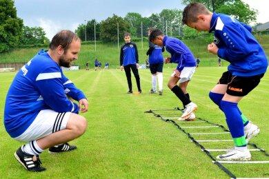 Prüfende Blicke an der Koordinationsleiter: Felix Wiedrich trainiert auf der Jahnkampfbahn die D-Jugend des SV Barkas Frankenberg. In diesen Tagen kommen zu seinen Einheiten auch Fußballer aus umliegenden Vereinen, die sich bei Barkas höheren Aufgaben stellen wollen.
