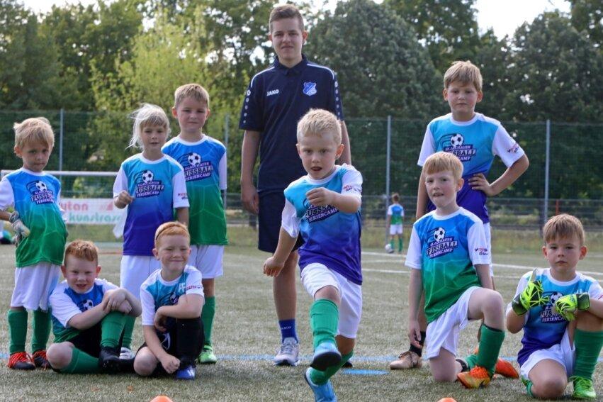 Trainer Elias Hölig kümmerte sich beim Fußball-Feriencamp des VfB Empor Glauchau am Dienstag um die jüngsten Kicker im Alter zwischen vier und sieben Jahren.