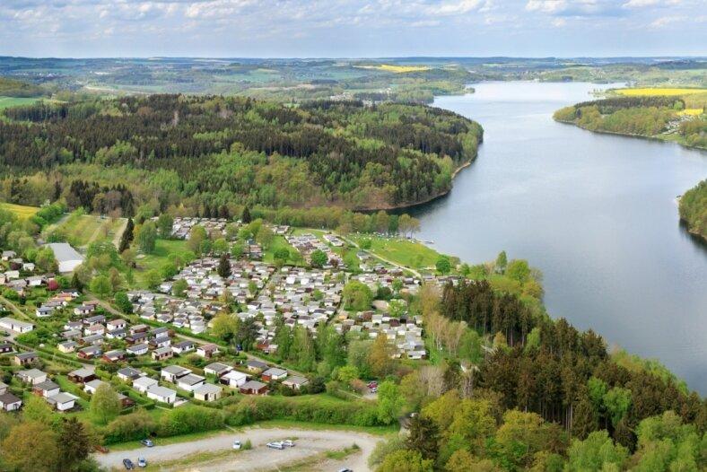 Solche Blicke auf die von Wäldern und Feldern umgebene Talsperre Pöhl bieten sich im Frühjahr aus der Vogelperspektive. Das im Mai 2015 geschossene Foto zeigt Campingplatz und Bungalows in Voigtsgrün.