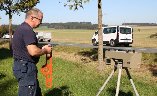 Uwe Gärtner vom Landratsamt an der Kontrolle zwischen Zwönitz und Stollberg.