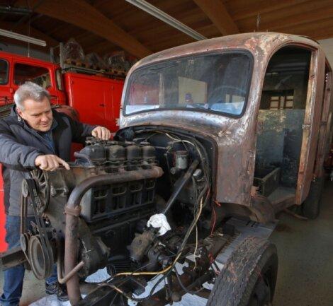 Thomas Albani von der Arbeitsgruppe Feuerwehrhistorik kümmert sich um den Vierzylinder-Viertakter aus DDR-Produktion, der in den 1960er-Jahren nach einem Motorschaden als Ersatz für den M 159 von Mercedes eingebaut wurde.