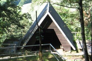 Die Schutzhütte am Kunnerstein ist ein markanter Punkt der empfehlenswerten Wandertour. An dieser Stelle hat man auch einen imposanten Blick auf das Zschopautal.