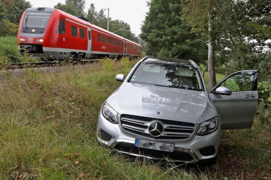 Der Mercedes vom Typ GLC stand neben der Bahnstrecke.