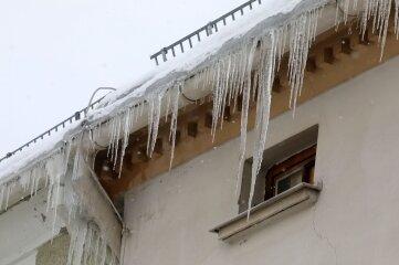 Solche Eiszapfen können gefährlich werden.