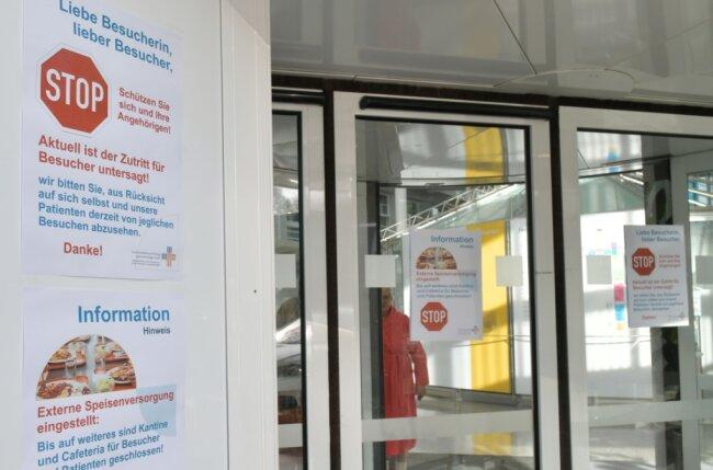 Seit Montagvormittag hängen an allen Eingängen des Freiberger Krankenhauses Hinweisschilder, die den Zutritt zum Kreiskrankenhaus für Besucher untersagen.
