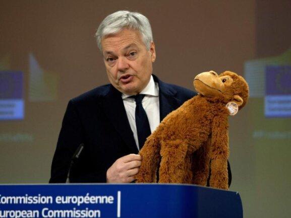 EU-Justizkommissar Didier Reynders präsentiert einen Spielzeugaffen, der leicht Haare verliert.