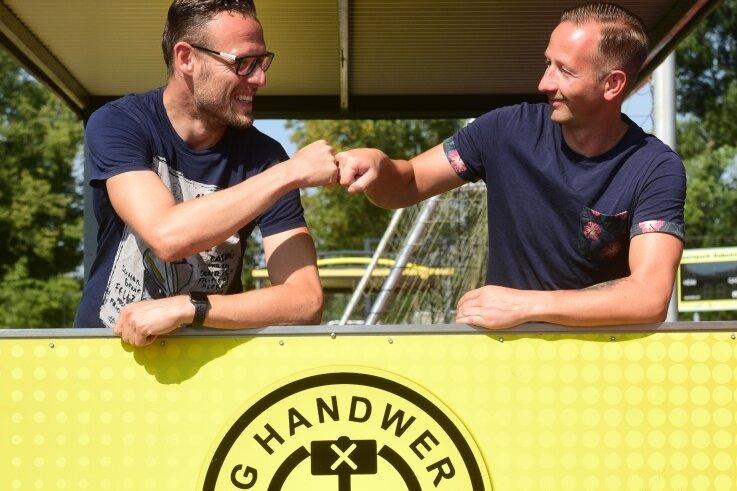Abklatschen in Corona-Zeiten: Ex-Spieler Ringo Delling (links) übernimmt das Traineramt bei Landesligist Handwerk Rabenstein von André Stöhr.