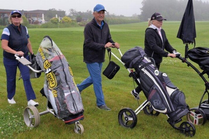 Sind beim Turnier zugunsten der Deutschen Krebshilfe in Bad Schlema an den Start gegangen: Kerstin Pillat, Michael Menge und Marion Baumgarte, die die Netto-Klasse C gewonnen hat (v. l.), alle vom Golfpark Westerzgebirge.