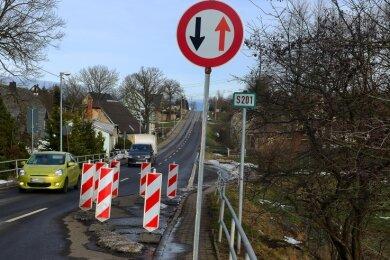 Die Einengung auf der S 201 Bockendorf. Statt Plastikpollern stehen hier nach einem Unfall nur noch Warnbaken.