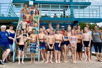 Beim Besuch des Freibades in Haselbrunn war der Zehn-Meter-Turm für die Schwimmer des SVV Plauen die ultimative Herausforderung.