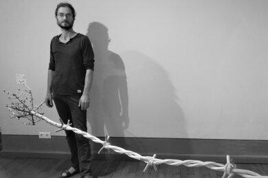 """Für seinen hölzernen """"Stacheldraht"""" erhielt Rainer Jacob den 1. Preis im Kunstwettbewerb Art figura 2019. Bei der nun gestarteten 9. Auflage wirkt der Bildhauer aus Leipzig in der Jury mit."""