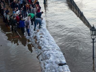 Freiwillige Helfer arbeiten am Terrassenufer in Dresden gegen das Hochwasser der Elbe an.