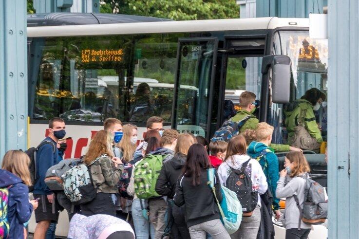 Bitte einsteigen, aber mit Mundschutz. Auch vom Olbernhauer Busbahnhof fahren viele Schüler mit dem öffentlichen Verkehrsmittel nach Hause. Da bei vielen Fahrgästen der Mindestabstand kaum eingehalten werden kann, isteine Mund-Nasen-Bedeckung besonders von Bedeutung.