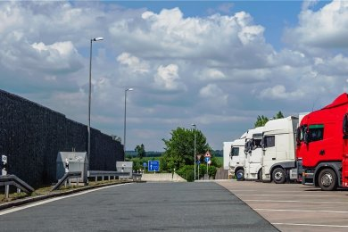 An deutschen Autobahnen fehlen tausende Lkw-Parkplätze. Allein in Sachsen geht das Landesamt für Straßenbau und Verkehr davon aus, dass es 1550 Stellflächen zu wenig gibt.